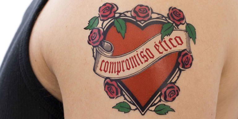 Con el compromiso ético tatuado